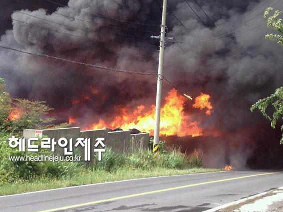 제주시 조천읍 대흘리의 플라스틱 공장에서 큰 화재가 발생했다. <김환철 사진기자© 헤드라인제주>
