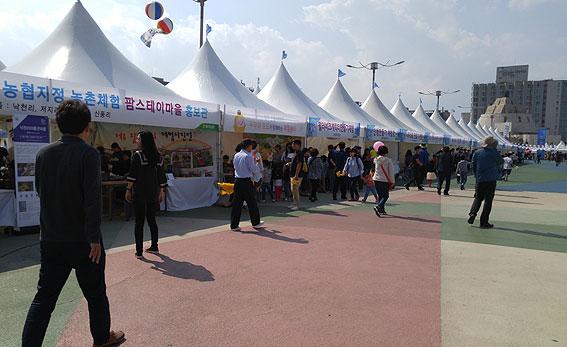 탐동광장 일대에서 열리고 있는 제54회 탐라문화제.<헤드라인제주>