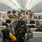 제주항공 기내 '깜짝 콘서트'...바이올린, 플룻 연주에 박수갈채