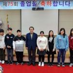 김태환 전 지사, 효돈초 졸업생에 '교사 강경선 장학금' 전달