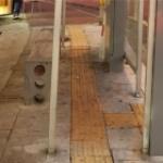 버스정류장 점자블록 장애물 제거하니 이번엔 휠체어가 진입 불가능