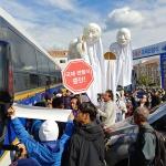 강정 국제관함식 반대 거리행진 경찰 통제...'차벽' 등장