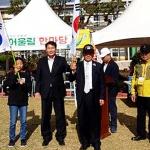 '태극기 할아버지' 한규북씨, 구좌중앙초에 태극기 기증